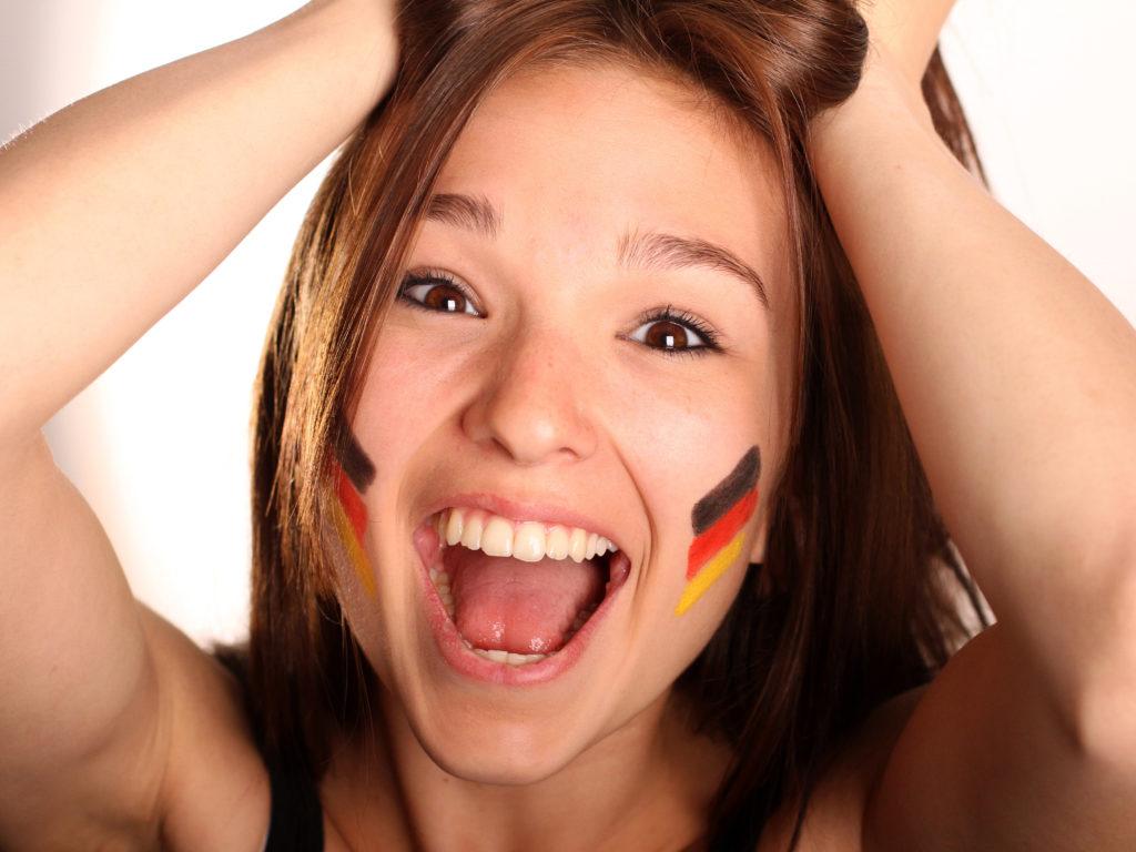 Die Stiftung Warentest hat Fan-Schminke geprüft und kam zu einem erschreckenden Ergebnis. (Bild: Petra Fiedler/fotolia.com)