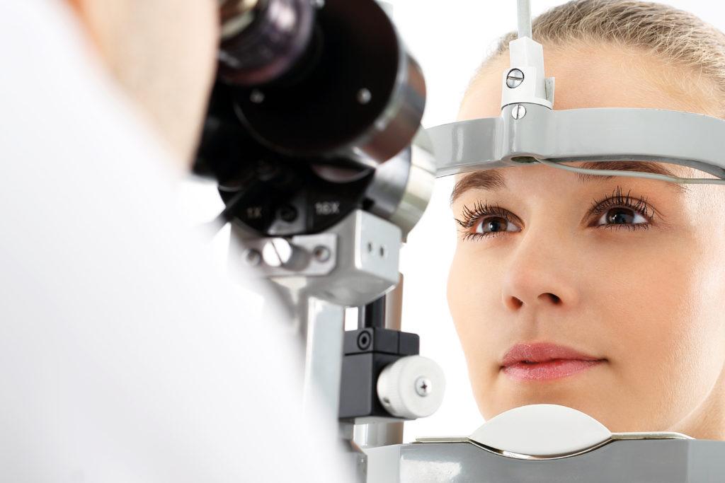 Ein Fremdkörpergefühl im Augen ist ein Beschwerdebild einer Hornhautentzündung. Bild: Robert Przybysz - fotolia