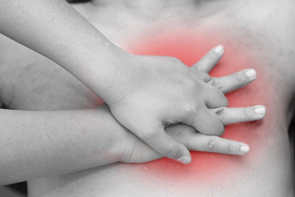 Herzdruckmassage zur Wiederbelebung. Bild: charnsitr - fotolia