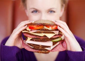 Regelmäßiges Essen und viel Trinken kann vor Heißhunger-Attacken schützen. (Bild: contrastwerkstatt/fotolia.com)