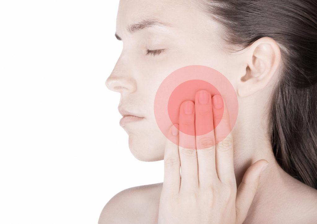 Schmerzen und Knackgeräusche im Kiefer können ein wichtiger Hinweis auf eine Cranio Mandibuläre Dysfunktion sein. (Bild: ALDECAstudio/fotolia.com)
