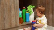 Hat ein Kind giftige Substanzen wie Badreiniger oder Fettlöser verschluckt, sollten Eltern keinesfalls ein Erbrechen provozieren. (Bild: Africa Studio/fotolia.com)