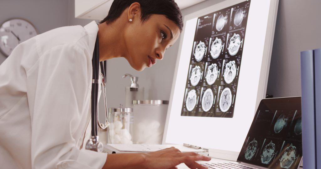 Eine schnelle neurologische Untersuchung ist besonders dann wichtig, wenn die Beschwerden immer wieder auftreten oder anhalten. Bild: ocketclips - fotolia