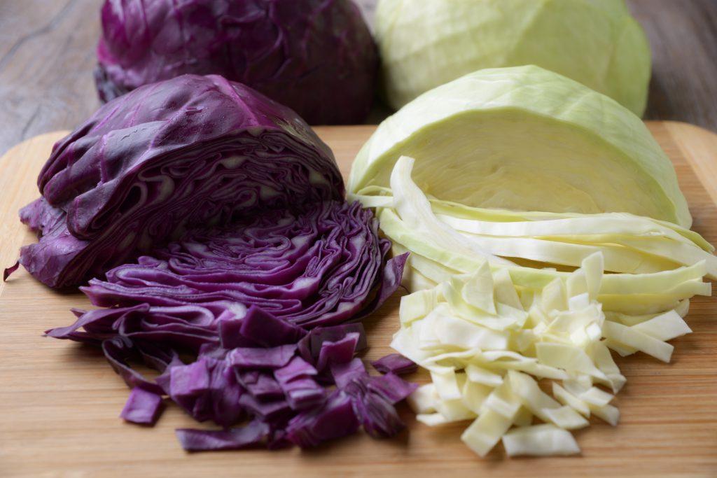 Oft sind gasbildende Nahrungsmittel wie  Bohnen, Kohlgemüse oder Zwiebeln dafür verantwortlich, dass sich der Bauch vorwölbt. (Bild: Kitty/fotolia.com)