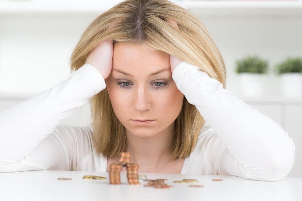 Bei Schuldnerberatungsstellen bekommen Betroffene Hilfe, um den Teufelskreis von Schulden und Krankheit zu durchbrechen. (Bild: Picture-Factory/fotolia.com)