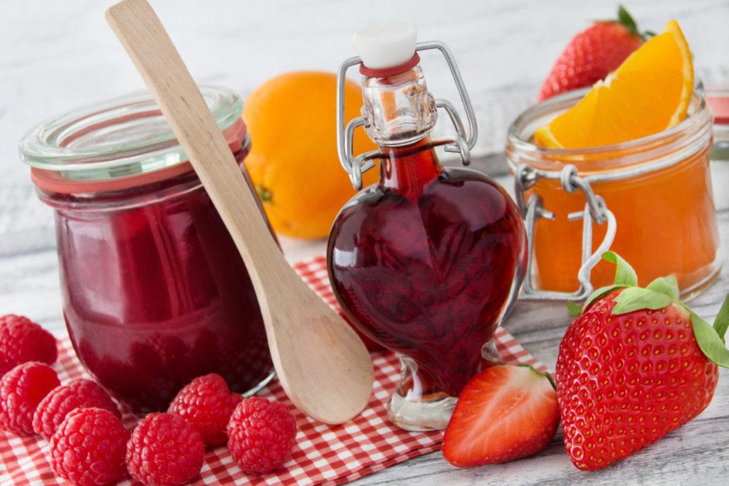 Den Sommer ins Glas füllen: Sirup oder Marmelade ganz einfach selbst zubereiten. Bild: PhotoSG - fotolia