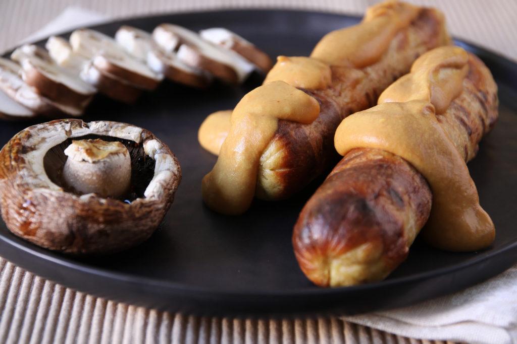 Vegetarische Tofuwürstchen nicht in der Mitte des Grills grillen. Bild: Kristina Retten - fotolila