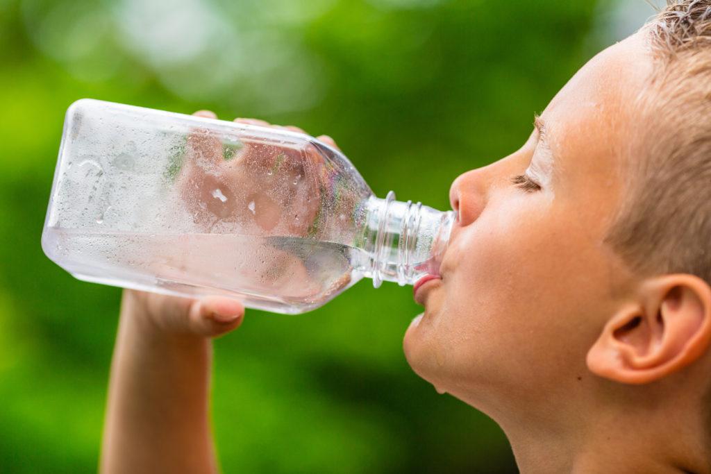 Einfaches Trinkwasser ist am Besten. Bild: Mikkel Bigandt - fotolia