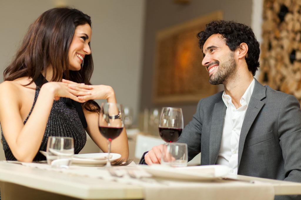 Sicherlich verbessert Alkohol bei einigen Menschen kurzfristig die Laune, doch wie wirkt sich der Konsum von Alkohol auf eine Ehe aus? Forscher untersuchten jetzt bei einer Studie, ob ähnliche Trinkgewohnheiten in einer Ehe zu mehr Glück und Zufriedenheit führen. (Bild: Minerva Studio/fotolia.com)