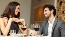 Sicherlich verbessert Alkohol bei einigen Menschen oft kurzfristig die Laune, doch wie wirkt sich der Konsum von Alkohol auf eine Ehe aus? Forscher untersuchten jetzt bei einer Studie, ob ähnliche Trinkgewohnheiten in einer Ehe zu mehr Glück und Zufriedenheit führen. (Bild: Minerva Studio/fotolia.com)