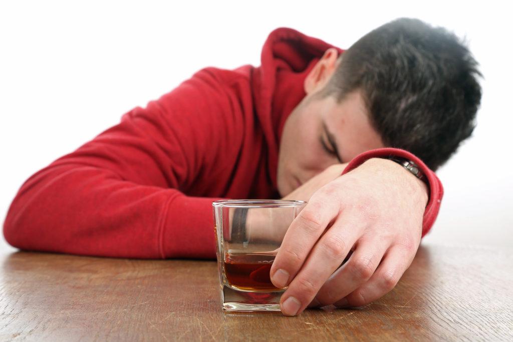 Wenn Minderjährige Probleme mit Alkohol bekommen, sind die Eltern oft Schuld an der Situation. Strengere Erziehungmaßnahmen haben insgesamt zu einem Rückgang des Alkoholmißbrauchs bei Teenagern geführt. (Bild: Klaus Eppele/fotolia.com)
