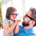 Eine aktuelle Studie aus China zeigt, dass Kinder eher Menschen vertrauen, die sie als attraktiv einschätzen. Für Mädchen gilt dies ganz besonders. (Bild: Halfpoint/fotolia.com)