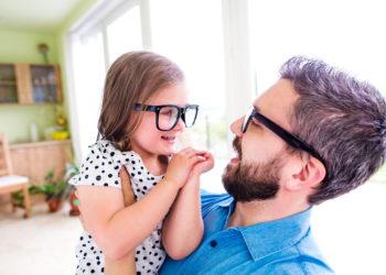 Über 40 Prozent der Deutschen sind kurzsichtig und brauchen eine Brille. Forscher haben nun herausgefunden, dass eine ganz einfache Strategie dazu beitragen kann, Kurzsichtigkeit vorzubeugen. (Bild: Halfpoint/fotolia.com)