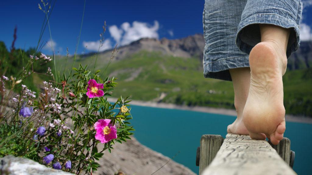 Endlich mal die Schuhe ausziehen: Barfußlaufen trainiert nicht nur die Widerstandsfähigkeit der Füße, sondern stärkt auch die Muskulatur. (Bild: minicel73/fotolia.com)