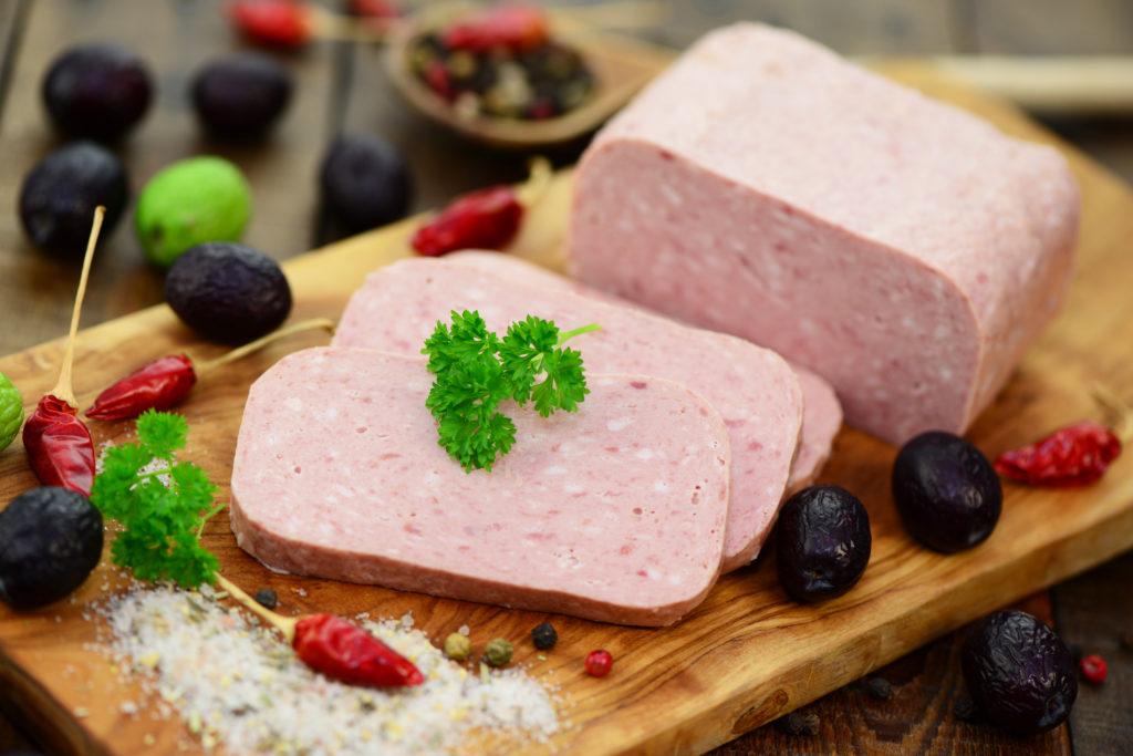 """Die Supermarktkette Rewe ruft  Corned Beef der Eigenmarke """"REWE Beste Wahl"""" zurück. Es könne nicht ausgeschlossen werden, dass in einzelnen Produkten Kunststoffteile enthalten sind. (Bild: photocrew/fotolia.com)"""