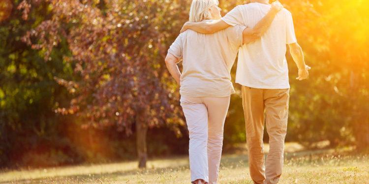Älteres Paar geht spazieren.