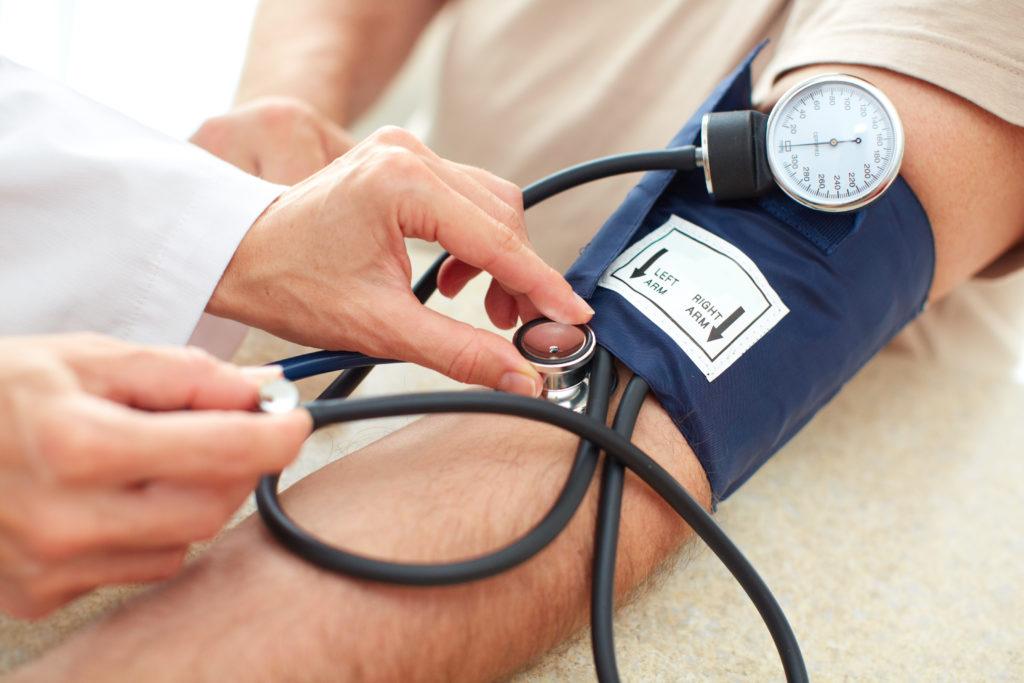 Menschen mit Bluthochdruck sollten sich vor einer Flugreise am besten an ihren Arzt wenden. Ihre Behandlung kann durch Faktoren wie ungewohnte Temperaturen beeinträchtigt werden. (Bild: Kurhan/fotolia.com)