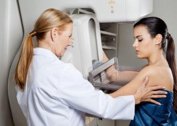 Nach auffälligen Befunden bei Mammographie-Screenings wird vielen Frauen empfohlen, eine Gewebeprobe entnehmen zu lassen.  Doch nur bei manchen von ihnen findet sich tatsächlich ein bösartiger Tumor. Forscher berichten nun,  dass sich viele dieser Biopsien vermeiden ließen. (Bild: Tyler Olson/fotolia.com)