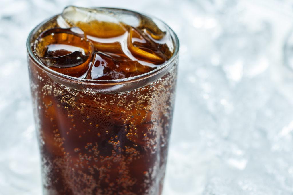 Cola und Limonade sind nicht gerade die gesündesten Getränke. Es ist schon lange bekannt, dass der regelmäßige Konsum dieser Getränke zu Übergewicht führen kann. Zudem bestehen aber noch andere Gefahren für Männer durch die zuckerhaltigen Softdrinks. Forscher stellten fest, dass diese die Wahrscheinlichkeit für eine erektile Dysfunktion erhöhen. (Bild: tiverylucky/fotolia.com)