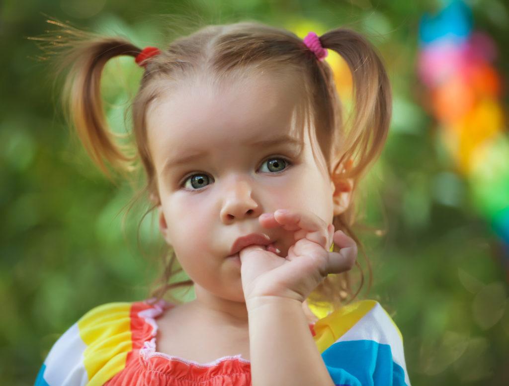 Eltern sagen ihren Kindern immer wieder, dass sie nicht am Daumen lutschen oder an den Fingernägeln kauen sollen. Forscher entdeckten jetzt aber, dass diese schlechten Angewohnheiten uns im späteren Leben vor Allergien schützen können. (Bild: evasilchenko/fotolia.com)