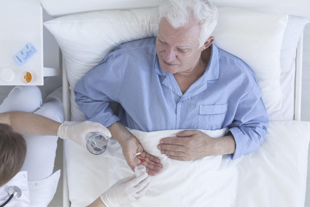 In Pflegeheimen kommt es häufig vor, dass Demenzkranke ans Fett gefesselt werden. Angehörige der Patienten wenden sich gegen diese Fixierungen. (Bild: Photographee.eu/fotolia.com)