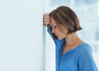 Menschen mit Ängsten und Depressionen suchen oft die Hilfe von Spezialisten. Mediziner fanden jetzt heraus, dass schon Gespräche mit nicht vollständig ausgebildeten Personen helfen kann die Symptome zu vermindern. (Bild: WavebreakMediaMicro/fotolia.com)