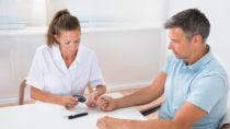 Da Frauen und Männer ein unterschiedliches Diabetes-Risiko tragen und unterschiedlich erkranken, sollte auch die Behandlung geschlechtsspezifisch sein. (Bild: Andrey Popov/fotolia.com)