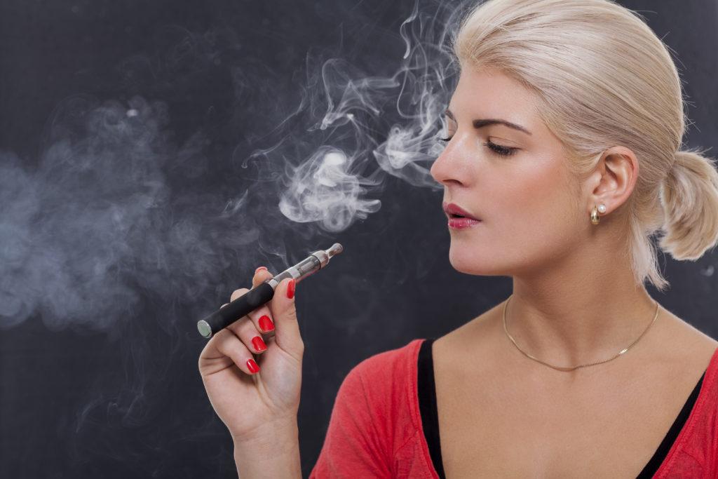 Es gibt immer wieder Unklarheiten, wie sich E-Zigaretten auf unsere Gesundheit auswirken. Eine neue Studie stellte jetzt fest, dass der Gebrauch von E-Zigaretten zu kardiovaskulären Schäden führen kann. (Bild: juniart/fotolia.com)
