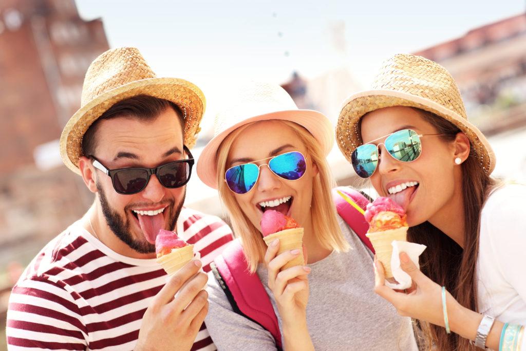 Fast nichts ist an einem heißen Sommertag schöner als leckeres Speiseeis. Der Genuss wird aber manchmal getrübt. Jeder Dritte kennt Kälte-Kopfschmerzen beim Eisessen. (Bild: Kalim/fotolia.com)