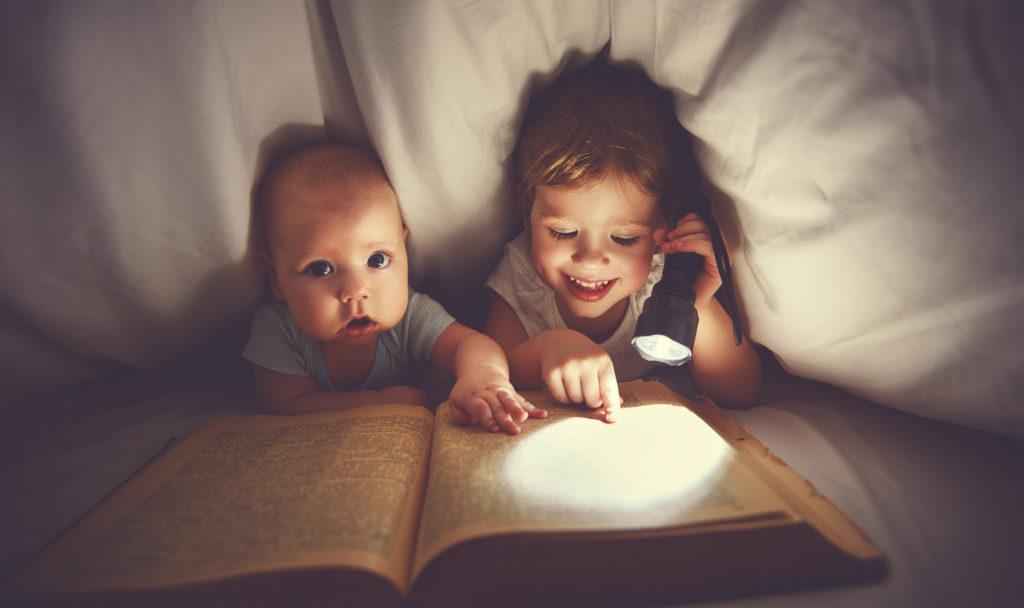 Kinder hören oft von ihren Eltern, dass sie früh ins Bett gehen sollen. Wissenschaftler fanden jetzt heraus, dass diese Aussage eine schützende Wirkung für die Kinder hat. Gehen kleine Kinder zu spät in Bett, steigt ihre Wahrscheinlichkeit als Teenager fettleibig zu werden. (Bild: JenkoAtaman/fotolia.com)i