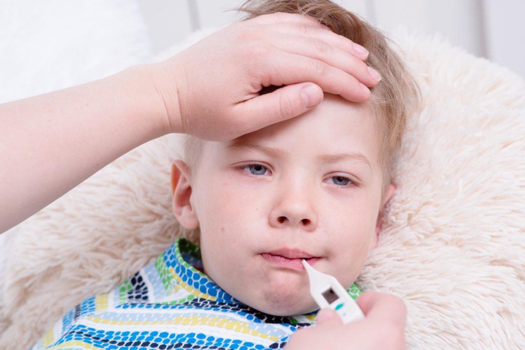 Oft werden Kinder mit Fieber unnötig in Kliniken eingewiesen oder mit Antibiotika therapier. Ein neues Forschungsprojekt soll dies ändern. (Bild: Ermolaev Alexandr/fotolia.com)