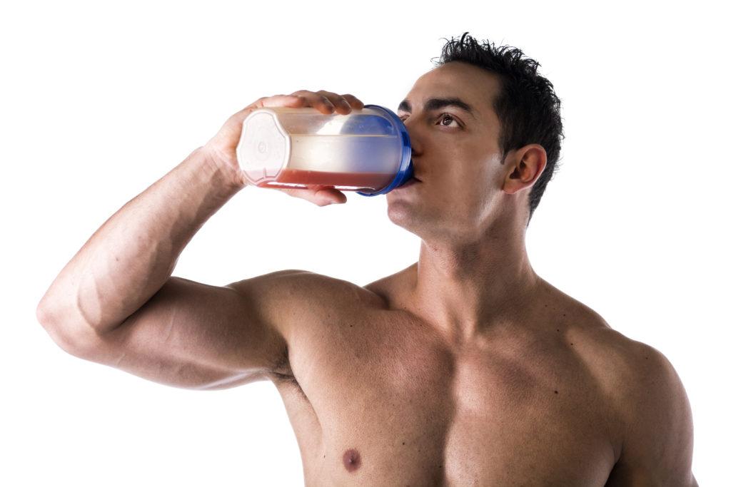 Manche Sportler versuchen mit Protein-Shakes ihre Muskeln zusätzlich aufzubauen.  In Zukunft könnten ihnen weitere Produkte zur Verfügung stehen. Ein Schweizer Unternehmen plant Eiweiß-Shakes aus Schlachtabfällen. (Bild: theartofphoto/fotolia.com)