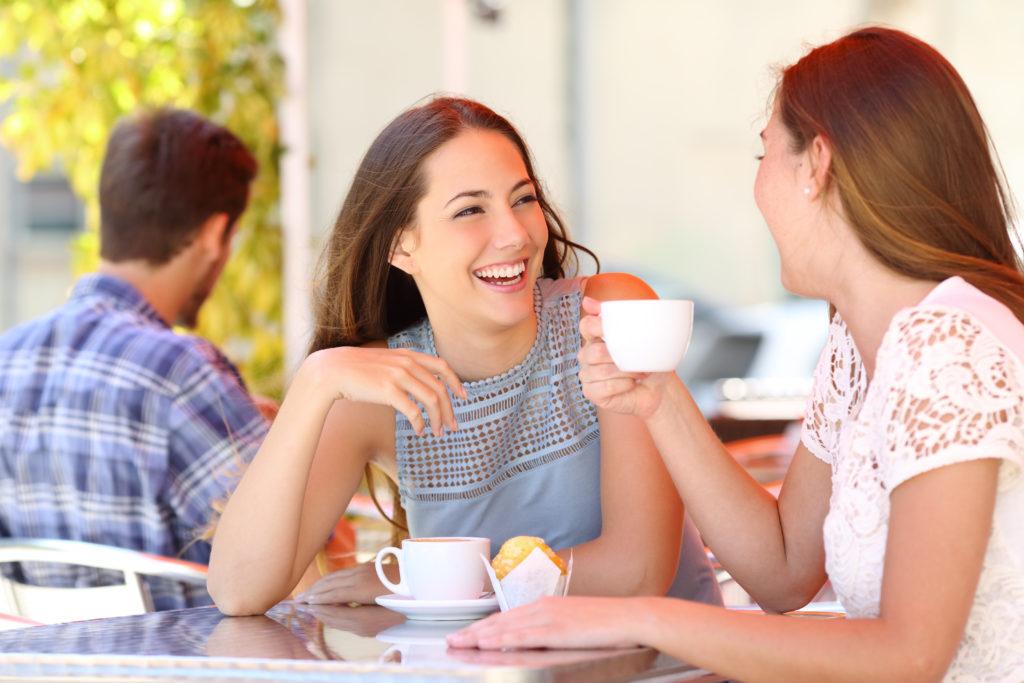 Viele Frauen brauchen eine gleichgeschlechtliche Freundin, mit der sie über alles reden können. Männern ist das weniger wichtig. Das zeigt eine aktuelle Umfrage. (Bild: Antonioguillem/fotolia.com)