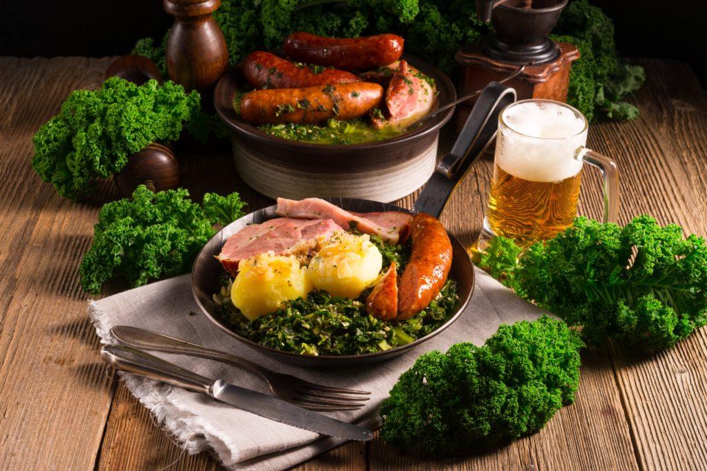 Üppiges Essen mit viel Fleisch und Bier dazu ist als Risikofaktor für einen aktuen Gichtanfall zu bewerten.  Insgesamt lässt sich über die Ernährung massiver Einfluss auf das Beschwerdebild nehmen. (Bild: Dar1930/fotolia.com)