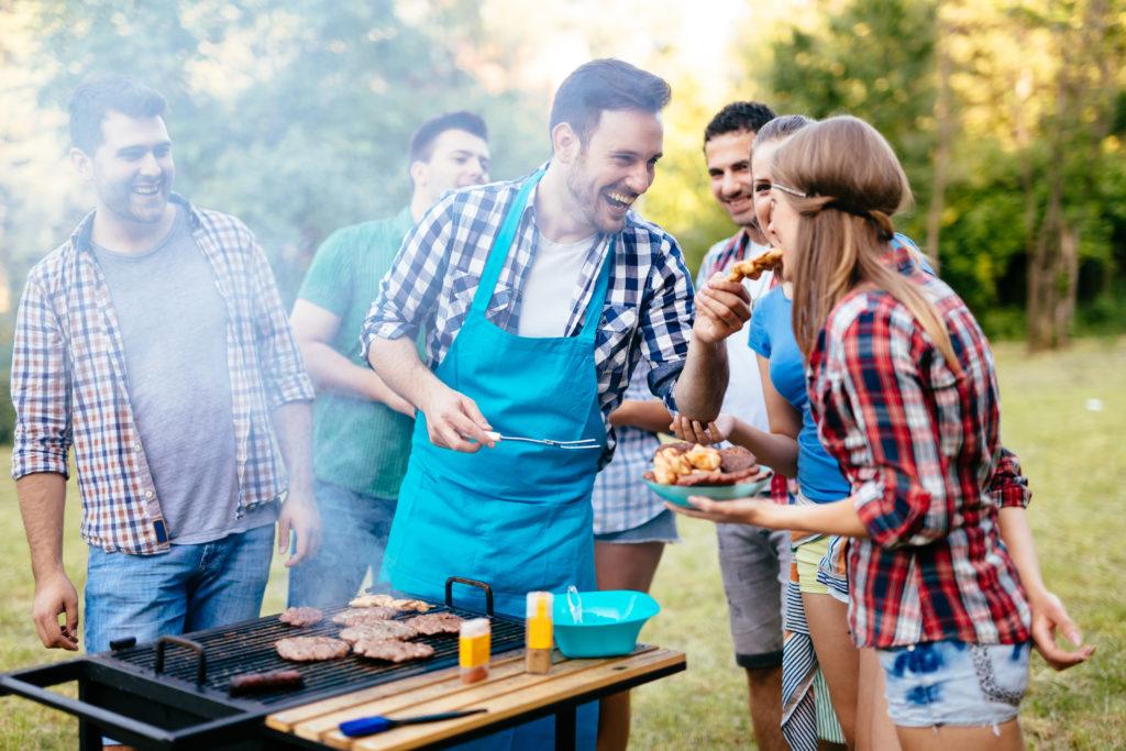 Vor allem im Sommer kommt es häufig zu Infektionen mit dem Keim Campylobacter. Man kann sich beim Grillen aber gut vor den gesundheitsgefährdenden Erregern schützen. (Bild: nd3000/fotolia.com)