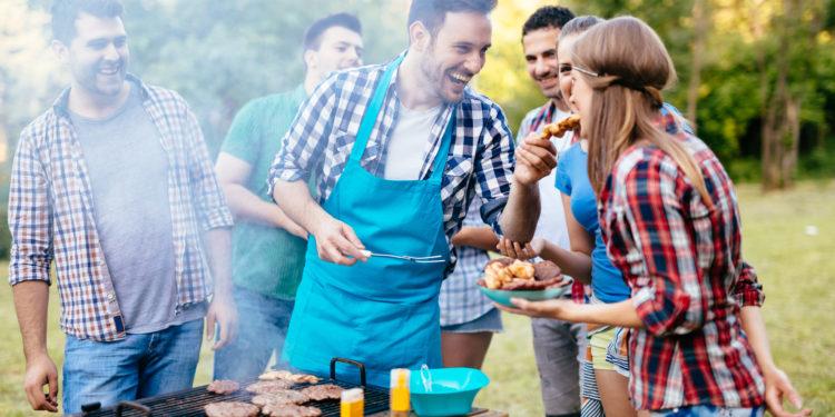 Mehrere Personen haben Spaß beim Grillen
