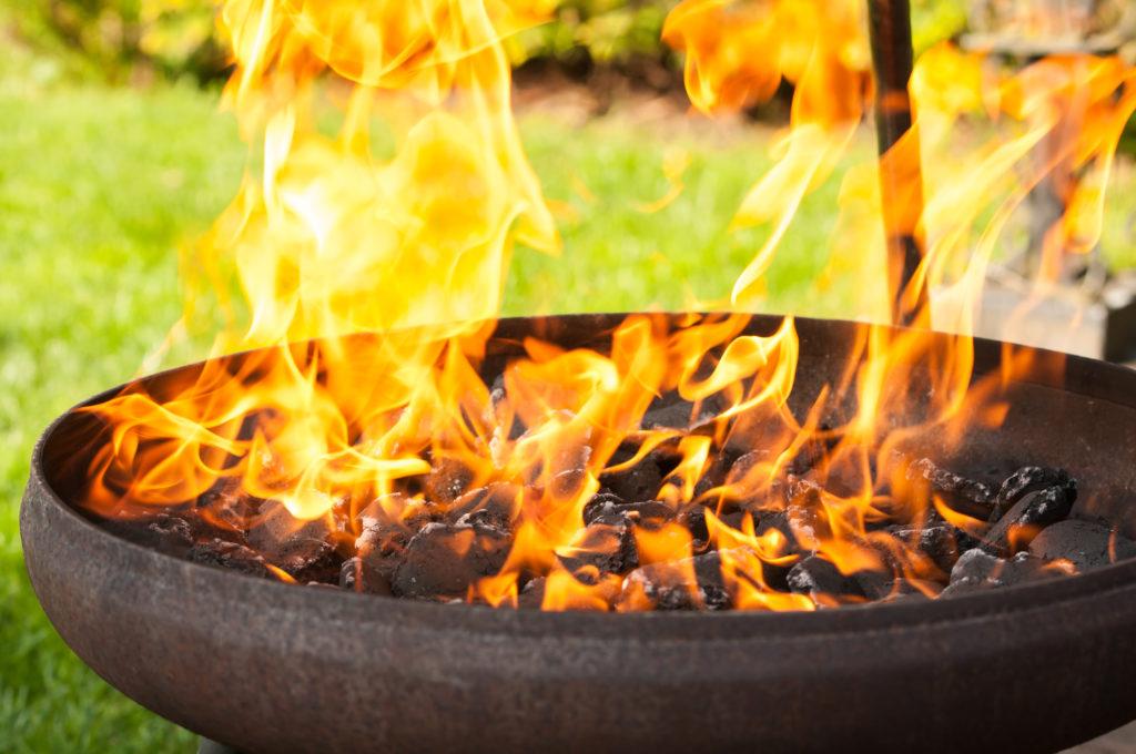 Beim Grillen kommt es leider immer wieder zu Unfällen mit teils schwersten Verletzungen. Im Juni mussten zahlreiche Patienten mit Verbrennungen in Kliniken behandelt werden. (Bild: Sauerlandpics/fotolia.com)