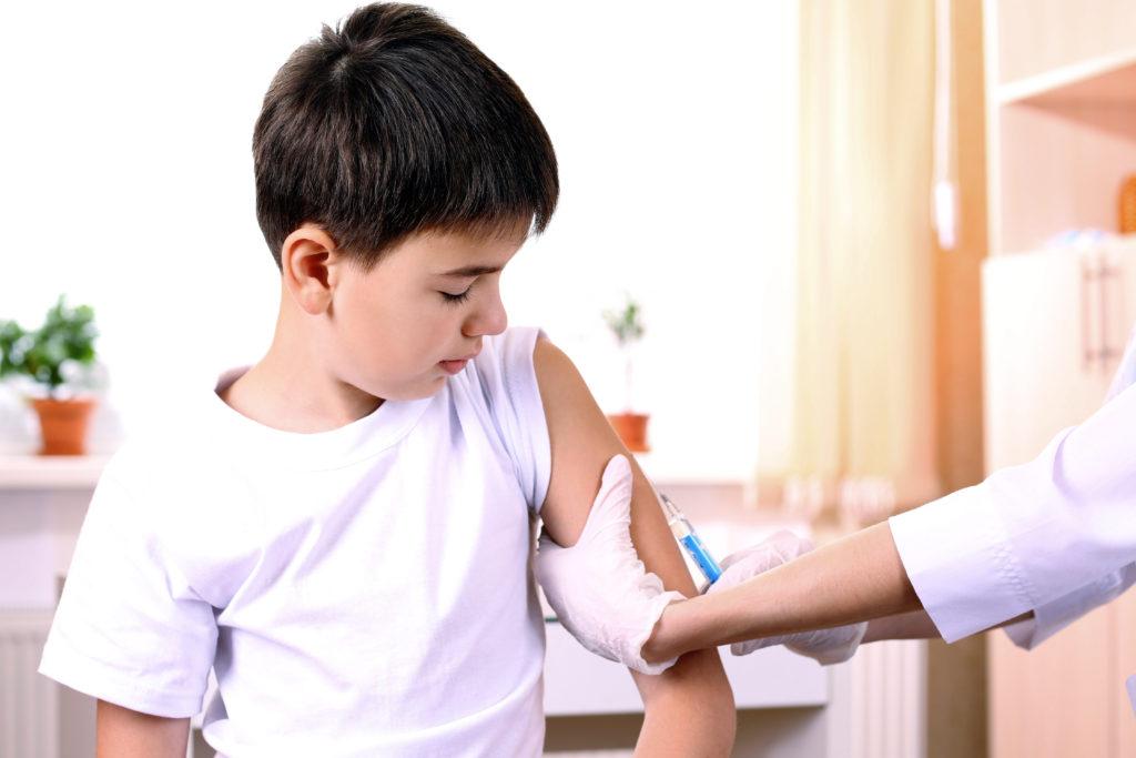 Humane Papillomviren (HPV) sind Krankheitserreger, die unter anderem Gebärmutterhalskrebs auslösen können. Mädchen wird eine Impfung gegen die Viren schon länger empfohlen. Experten sind sich uneinig, ob die HPV-Impfung auch für Jungen anzuraten ist. (Bild: Africa Studio/fotolia.com)