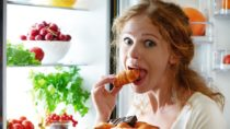 Heißhungerattacken zu widerstehen, ist gar nicht so einfach. Helfen können offenbar Ballaststoffe. Diese können den heftigen Appetit zügeln und schlank machen, wie Forscher nun berichten. (Bild: JenkoAtaman/fotolia.com)