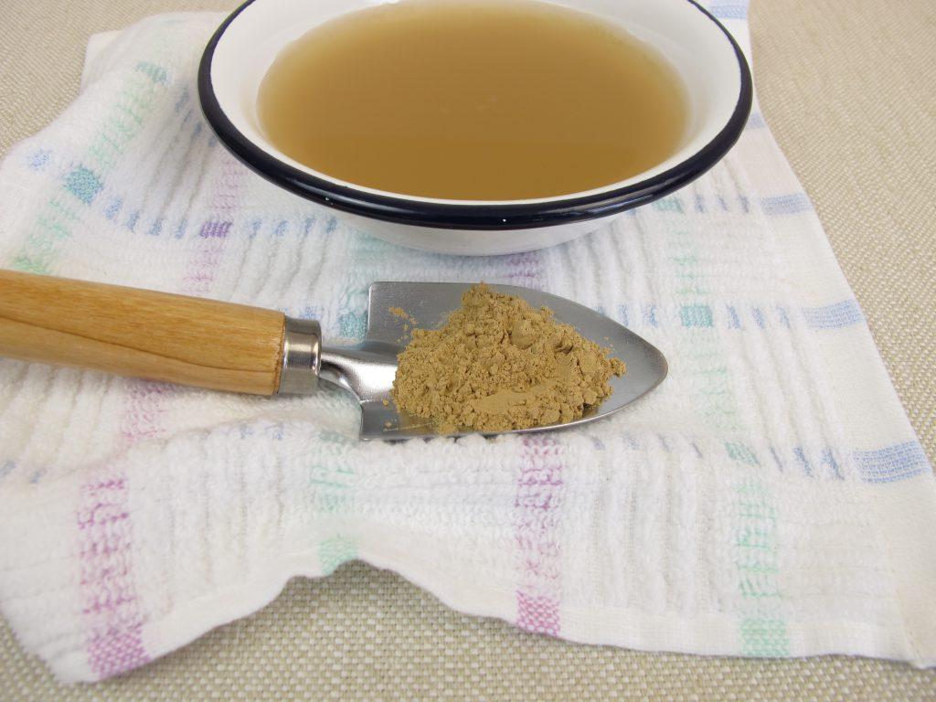 Heilerde kann als Paste auf die entzündeten Stellen aufgetragen oder auch für die Zubereitung eines Nagel-Bades genutzt werden. (Bild: Heike Rau/fotolia.com)