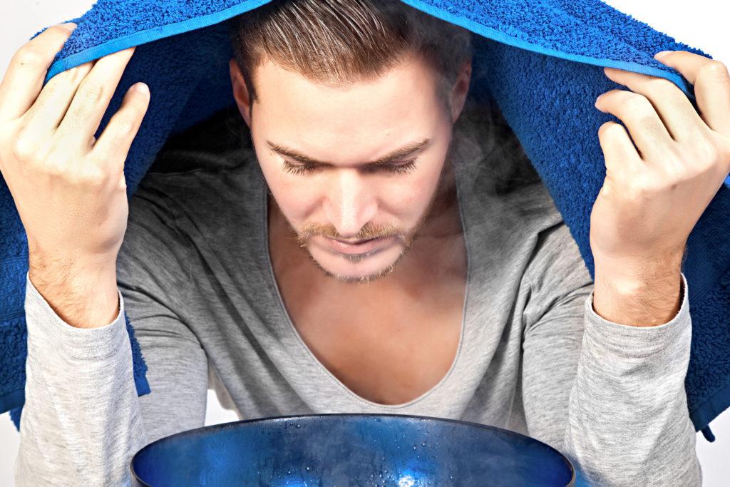 Inhalieren befreit die Atemwege und wirkt dem Hustenreiz bei Erkältungen entgegen. (Bild: closeupimages/fotolia.com)