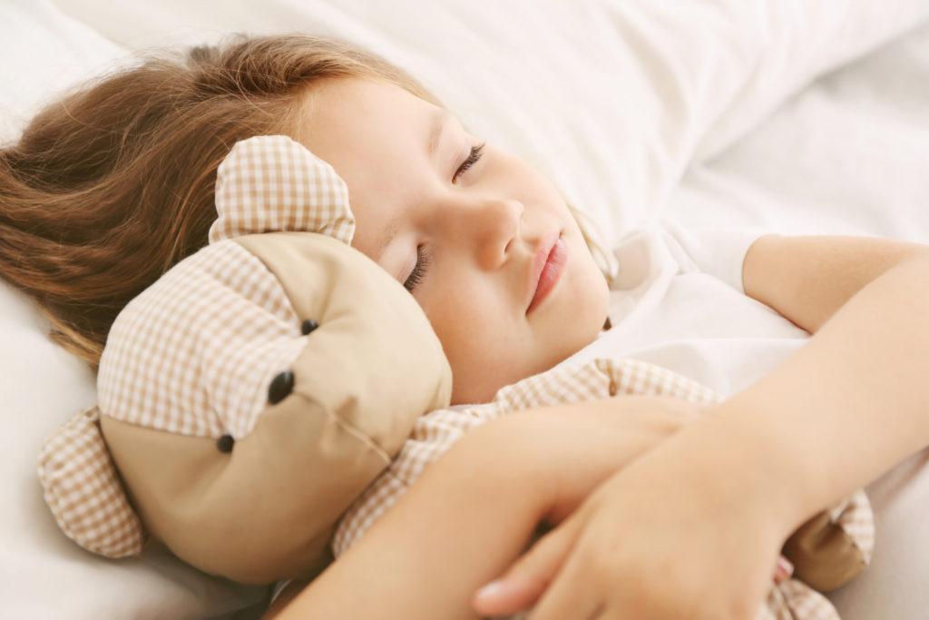Menschen jeder Altersgruppe brauchen ausreichenden Schlaf. Er ist wichtig für die körperliche und seelische Gesundheit. Doch wie lange soll die Nachtruhe für Kinder ausfallen? (Bild: Africa Studio/fotolia.com)