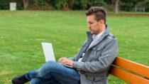 Laut einer aktuellen Umfrage guckt fast jeder zweite Erwerbstätige in Deutschland nach Feierabend in seine dienstlichen E-Mails. (Bild: Gina Sanders/fotolia.com)