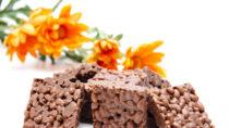 Die Verbraucherorganisation foodwatch hat in verschiedenen Süßigkeiten Mineralöl-Spuren nachgewiesen. Betroffen sind unter anderem Kinder-Riegel von Ferrero und auch Reisgebäck. (Bild: UMA/fotolia.com)