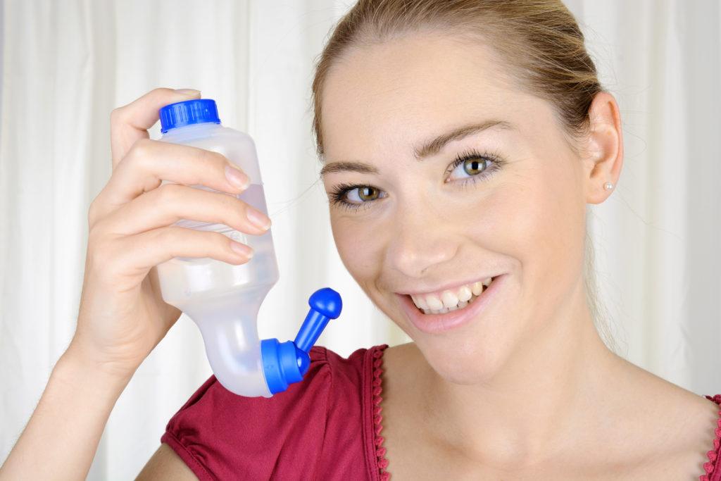 Die Inhalation von Wasserdampf und Nasenspülungen sind alte Hausmittel, um eine Nasennebenhöhlentzündung zu behandeln. Wissenschaftler fanden heraus, dass Wasserdampf-Inhalationen keinerlei Besserung bei dieser Erkrankung bringen. (Bild: Dan Race/fotolia.com)
