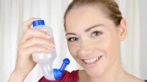 Die Inhalation von Wasserdampf und Nasenspülungen sind alte Hausmittel, um eine Nasennebenhöhlentzündung zu behandeln. Wissenschaftler fanden jetzt aber heraus, dass Wasserdampf-Inhalationen keinerlei Besserung bei dieser Erkrankung bringen. (Bild: Dan Race/fotolia.com)