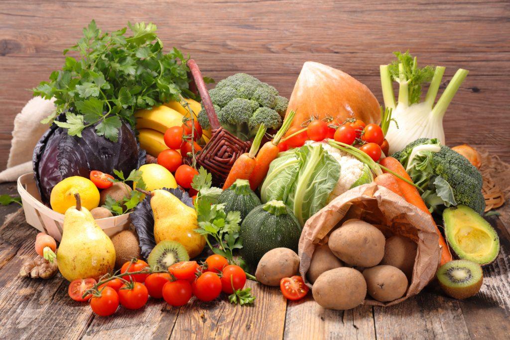 Gesundheitsexperten raten oft zu pflanzlicher Kost, die reich an Vitaminen, Mineralstoffen und sekundären Pflanzenstoffen ist. Obst und Gemüse sollten vor dem Verzehr aber unbedingt abgewaschen werden. (Bild: M.studio/fotolia.com)