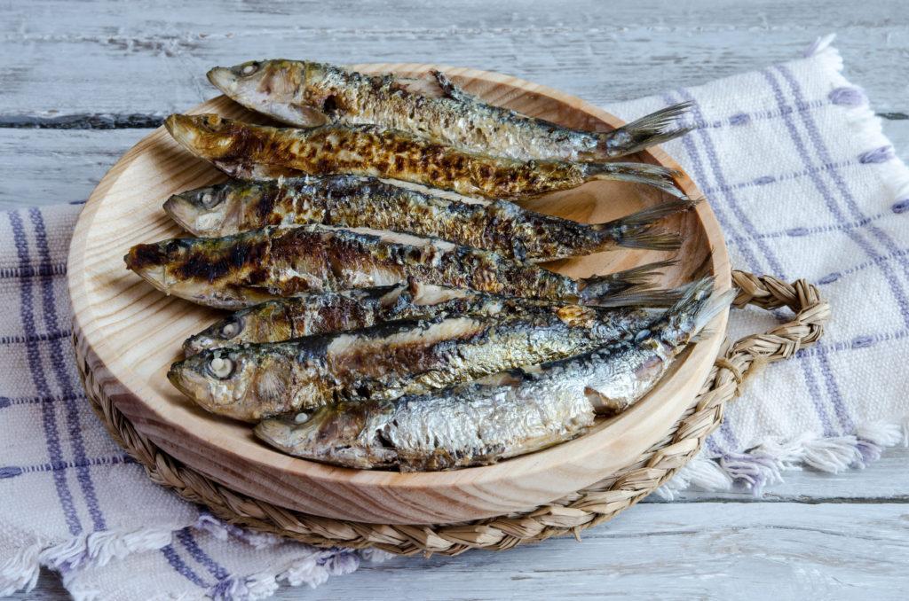 Fisch ist gesund. Er enthält für unseren Körper wichtige Omega-3-Fettsäuren. Forscher stellten jetzt fest, dass diese Fettsäuren sogar bewirken können, dass Menschen mit Darmkrebs seltener an ihrer Erkrankung versterben. (Bild: dulsita/fotolia.com)