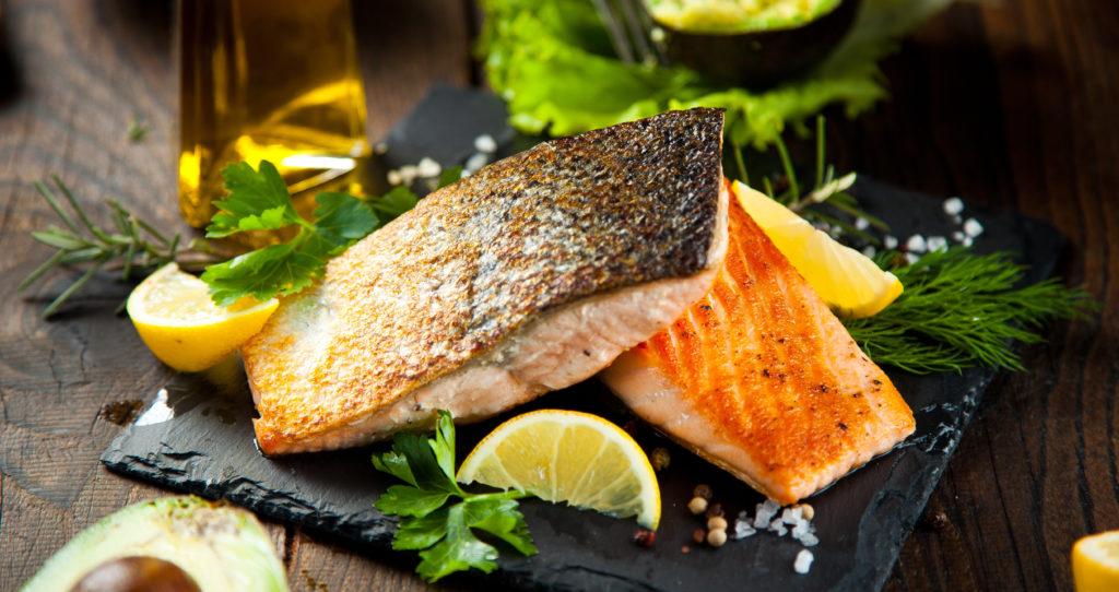 Fisch ist gesund und schmeckt augezeichnet. Forscher fanden jetzt heraus, dass fetter Fisch uns sogar vor Herzinfarkten schützen kann. Der Grund dafür sind enthaltene Omega-3-Fettsäuren. (Bild: karepa/fotolia.com)