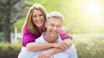 Macht es einen Unterschied welche Art von Menschen wir attrativ finden, wenn wir in einer Beziehung sind? Forscher stellten fest, das Singles und Paare grundsätzlich anders empfinden, ob ein Mensch für sie attraktiv wirkt. (Bild: Andrey Popov/fotolia.com)